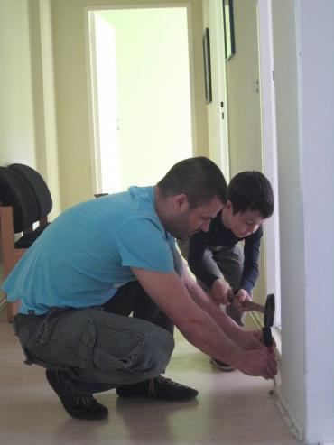 Vater und Sohn beim Renovieren der Wohnung